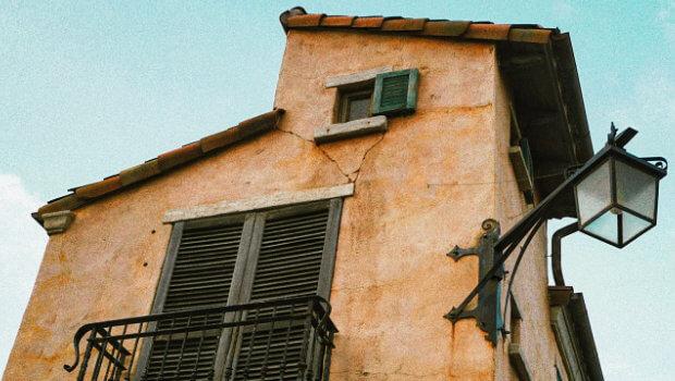 Am Haus die Fassade reinigen mit Hochdruckreiniger, Dampfreiniger und / oder Reinigungsmitteln. Hier ein paar Tipps und Hinweise zur Fassadenreinigung an verschiedenen Außenwänden.