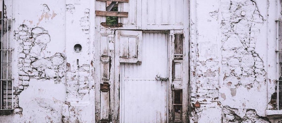 Die Fassade ausbessern und Mauerrisse reparieren bzw. Risse in der Wand des Hauses füllen - all das können Sie selber machen; mit den hier aufgeführten Schritten.