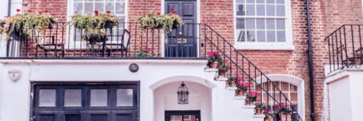 Die Fassade neu gestalten, mit Putz und Farbe oder mit einer Fassadenverkleidung? Vorteile und Nachteile der beiden Möglichkeiten sowie Ideen zur besseren Dämmung finden Sie hier!